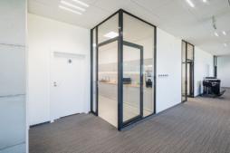korytarz w części socjalno-biurowej - inwestycja zrealizowana przez CoBouw Polska, hala stalowa w Płaszewku, woj. Pomorskie, dla Viscon Real Estate