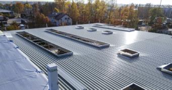 montaż dachu hali stalowej - budynek produkcyjno-magazynowy, dla branży obuwniczej, firmy Fagum-Stomil, z Łukowa w woj. lubelskim
