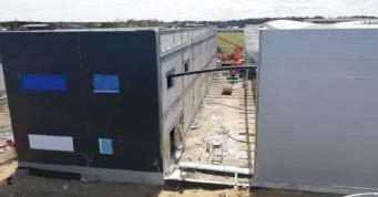 montaż konstrukcji pomiędzy halą a budynkiem socjalno-biurowym - czwarta hala stalowa, dla Addit, branża metalowa, Węgrów, woj. mazowieckie