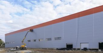 montaż obróbek - projekt i wykonanie pod klucz hali produkcyjno-magazynowej, o powierzchni 12.000 m2, dla Fagum-Stomil, Łuków, woj. lubelskie