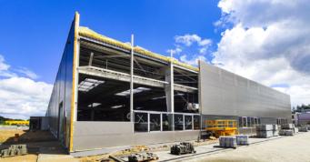 montaż obudowy ściany szczytowej - inwestycja na terenie Słupskiej Specjalnej Strefy Ekonomicznej, woj. pomorskie, dla Viscon Group Poland