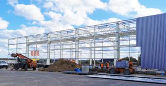 etap montażu obudowy - druga budowa dla firmy AdamS, producenta okien PVC, w Mrągowie, w woj. warmińsko-mazurskim