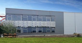 montaż stolaki okiennej w części socjalno-biurowej hali- hala przemysłowa, dla GG Tech, generalny wykonawca CoBouw Polska, w Piątku, w woj. łódzkim