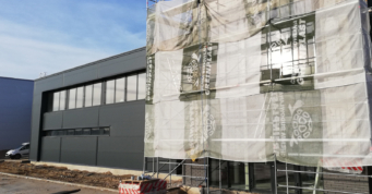murowanie elewacji klinkierowej biurowca - obiekt produkcyjny, dla firmy Kentaur Production, w Łobzie, w woj. zachodniopomorskim, wykonawstwo CoBouw Polska