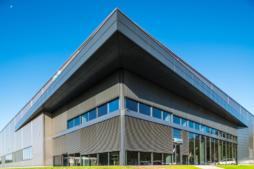 nadwieszenie podkreślające bryłę obiektu - hala produkcyjno-magazynowa z częścią socjalno-biurową, dla Viscon Real Estate Poland, zrelizowana przez CoBouw Polska, woj. pomorskie, Płaszewko
