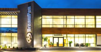 oświetlone wejście do budynku - hala produkcyjno-magazynowa z częścią socjalno-biurową i budynkiem biurowym, DreamPen, Zielona Góra, woj. lubuskie