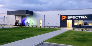 godziny wieczorne uroczystosci otwarcia hali produkcyjno-magazynowej Spectra Lighting