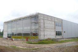 montaż paneli elewacyjnych - hala produkcyjno-magazynowa z budynkiem biurowym, dla Polamp, Bieniewiec, woj. mazowieckie
