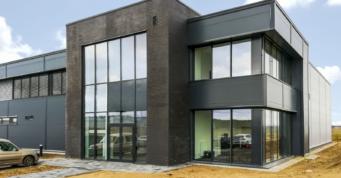 portal z cegły klinkierowej - realizacja obiektu przemysłowego, dla firmy Kentaur, w Łobzie, w woj. zachodniopomorskim