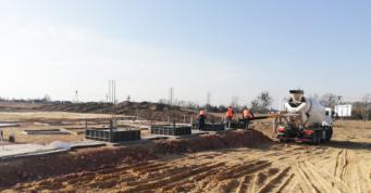 prace betoniarskie przy wykonywaniu stóp fundamentowych - hala produkcyjno-magazynowa, z budynkiem socjalno-biurowym, dla Turenwerke, Stanowice, woj. śląskie