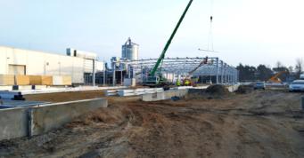 prace-montażowe-przy-budowie hali - piąta hala produkcji mebli, dla firmy Meblomaster, budowa pod klucz, w Węgrowie, w woj. mazowieckim