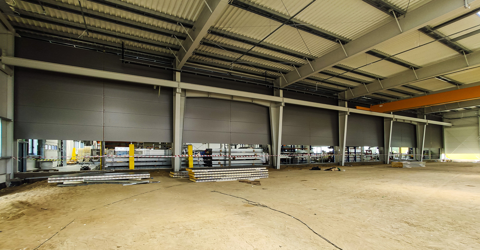 część produkcyjna hali w budowie widziana od środka - hala produkcyjno-magazynowa, rozbudowa pierwszej inwestycji, dla Viscon, do powierzchni 8.500 m2, w Płaszewku, w woj. pomorskim