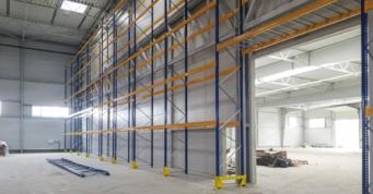prace wykończeniowe wewnątrz hali - hala wybudowana w Łukowie, w woj. lubelskim, o powierzchni 12.000 m2, przez CoBouw Polska, dla Fagum-Stomil