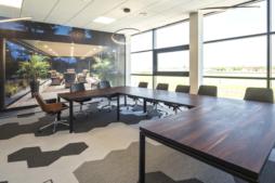 sala konferencyjna z widokiem na taras - inwestycja w Euro-Park Mielec, zrealizowana przez CoBouw Polska, dla firmy Gorbi