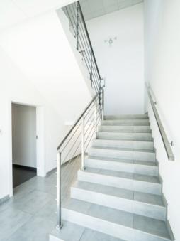 schody w części biurowej - hala produkcyjno-magazynowa z budynkiem socjalno-biurowym, dla producenta okien, firma Vito Polska, woj. lubelskie