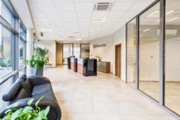 recepcja firmy DreamPen - hala stalowa, produkcyjno-magazynowa z budynkiem biurowym, dla firmy DreamPen, obiekt w Zielonej Górze