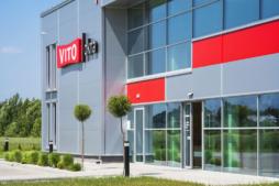 wejście główne do części biurowej - hala produkcyjno-magazynowa z biurowcem, Vito Polska Sp. z o.o., woj. lubelskie
