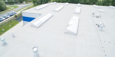 Świetliki dachowe z klapami dymowymi-konstrukcje dachów w halach stalowych