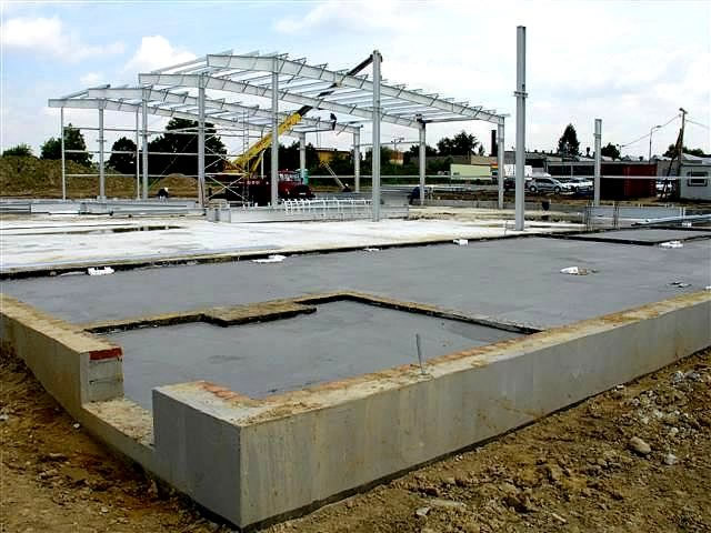betonowy podkład - hala produkcyjna z budynkiem biurowym, dla OML Morando, Czerwionka-Leszczyny