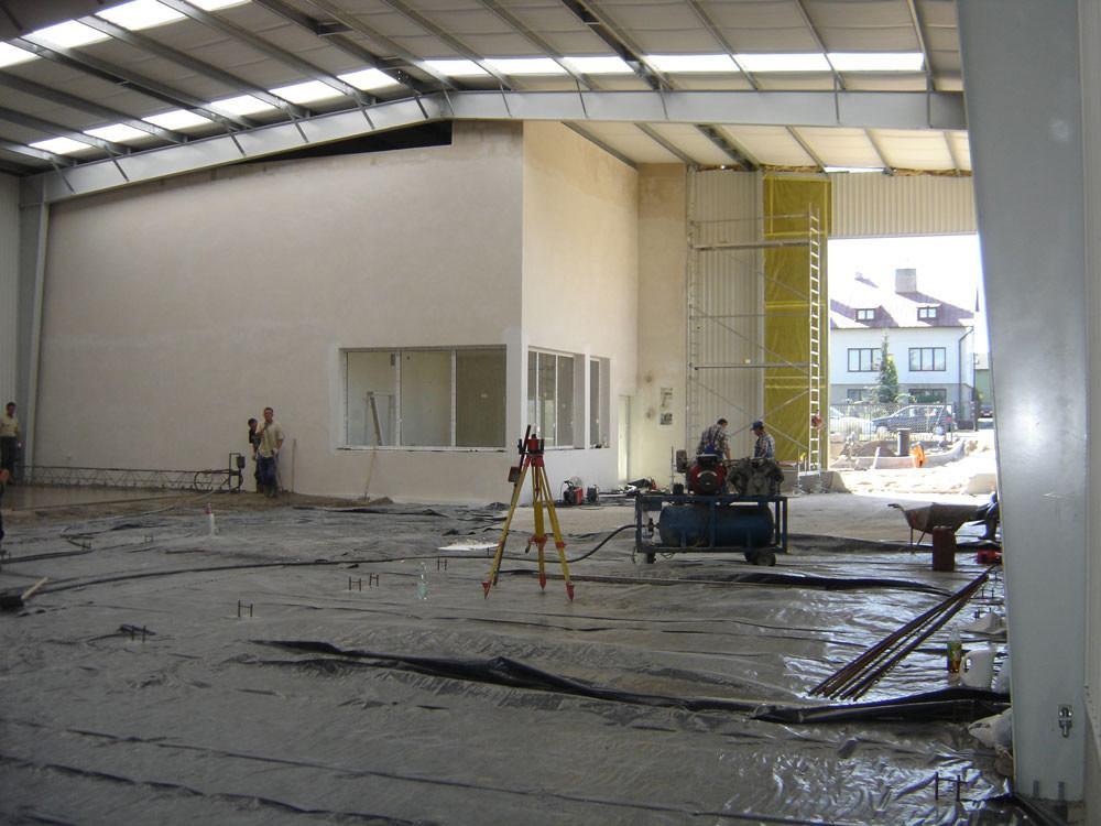 wnętrze obiektu w trakcie budowy - hala magazynowa z częścią biurową, dla Texpol, Rzgów, woj. łódzkie