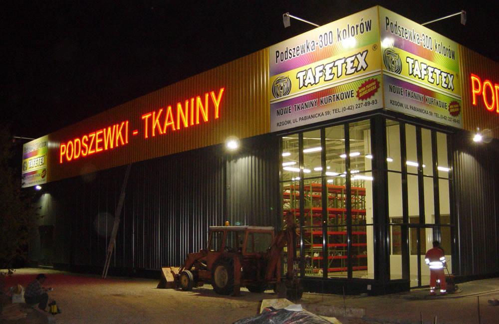 zdjęcie nocne - hala magazynowa z częścią biurową, dla Texpol, Rzgów, woj. łódzkie