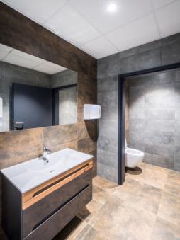 toaleta w części biurowej - inwestycja w woj. lubuskim, dla Wet-Art, hala magazynowa z częścią socjalno-biurową