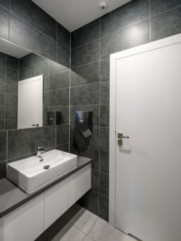 toaleta w części biurowej obiektu - inwestycja zrealizowana przez CoBouw Polska, hala stalowa w Płaszewku, woj. pomorskie