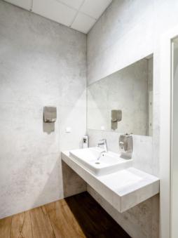 toaleta w części biurowej - hala produkcyjno-magazynowa z częścią socjalno-biurową, dla Plastem, Łubna, woj. mazowieckie