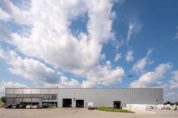 zakład produkcyjny widziany z oddali - hala produkcyjno-magazynowa z częścią socjalno-biurową, dla Plasteam Sp. z o.o., Łubna, branza opakowaniowa