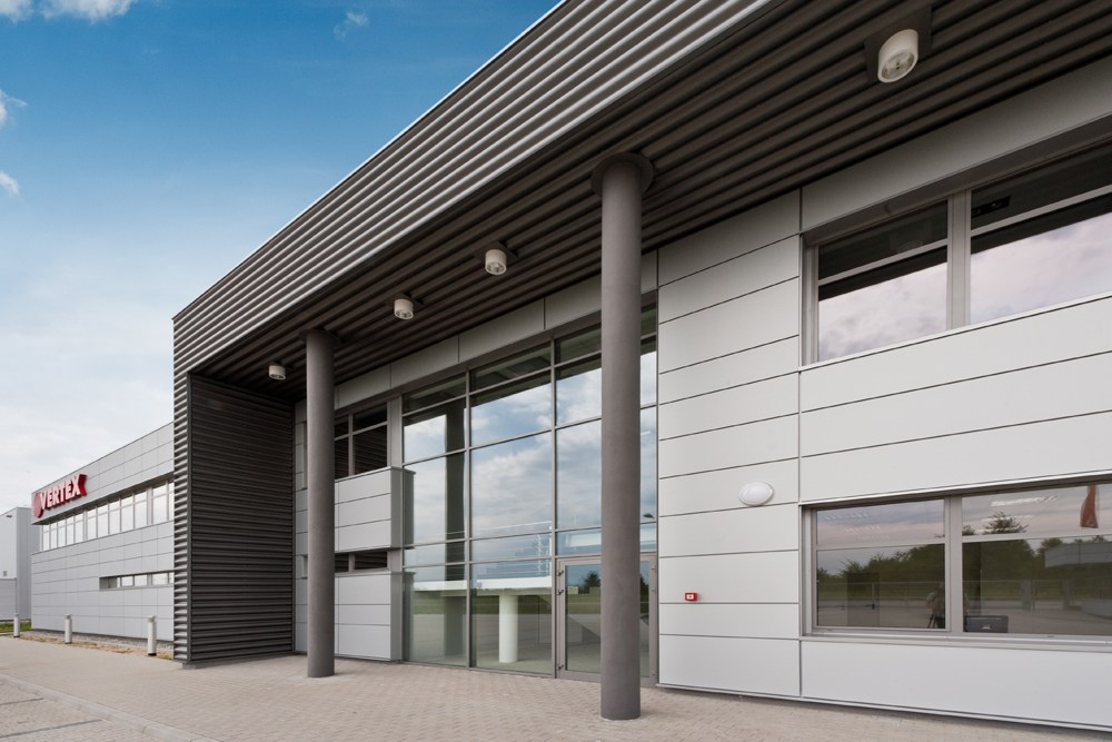 zbliżenie na część wejściową - hala produkcyjna z budynkiem biurowym, dla Vertex, Konst. Łódzki, woj. łódzkie