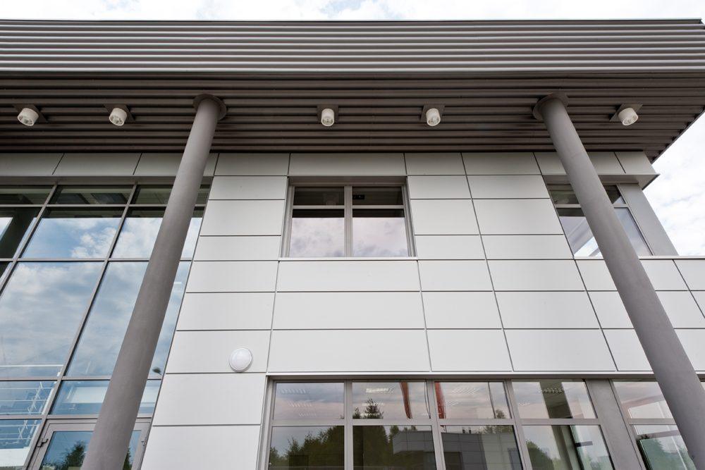zbliżenie na podświetlenie elewacji - hala produkcyjna z budynkiem biurowym, dla Vertex, Konst. Łódzki