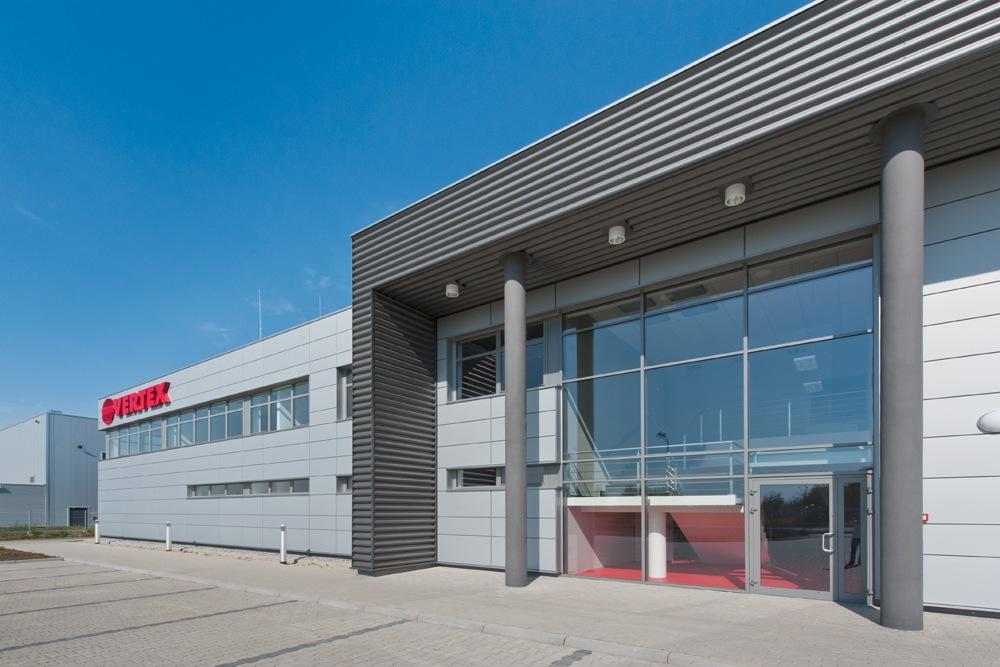 zbliżenie na ścianę frontową - hala produkcyjna z budynkiem biurowym, dla Vertex, Konst. Łódzki, woj. łódzkie