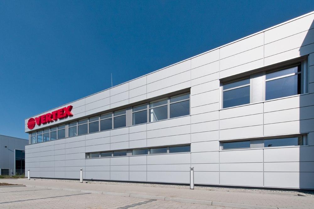 zbliżenie na fasadę frontową - hala produkcyjna z budynkiem biurowym, dla Vertex, Konst. Łódzki, woj. łódzkie