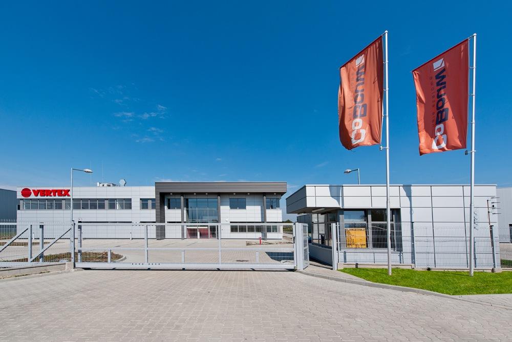 wjazd na teren inwestycji - hala produkcyjna z budynkiem biurowym, dla Vertex, Konst. Łódzki, woj. łódzkie