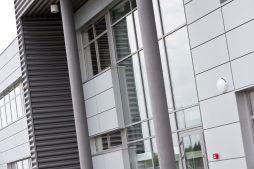 detal elewacyjny - hala produkcyjna z budynkiem biurowym, dla Vertex, Konst. Łódzki, woj. łódzkie