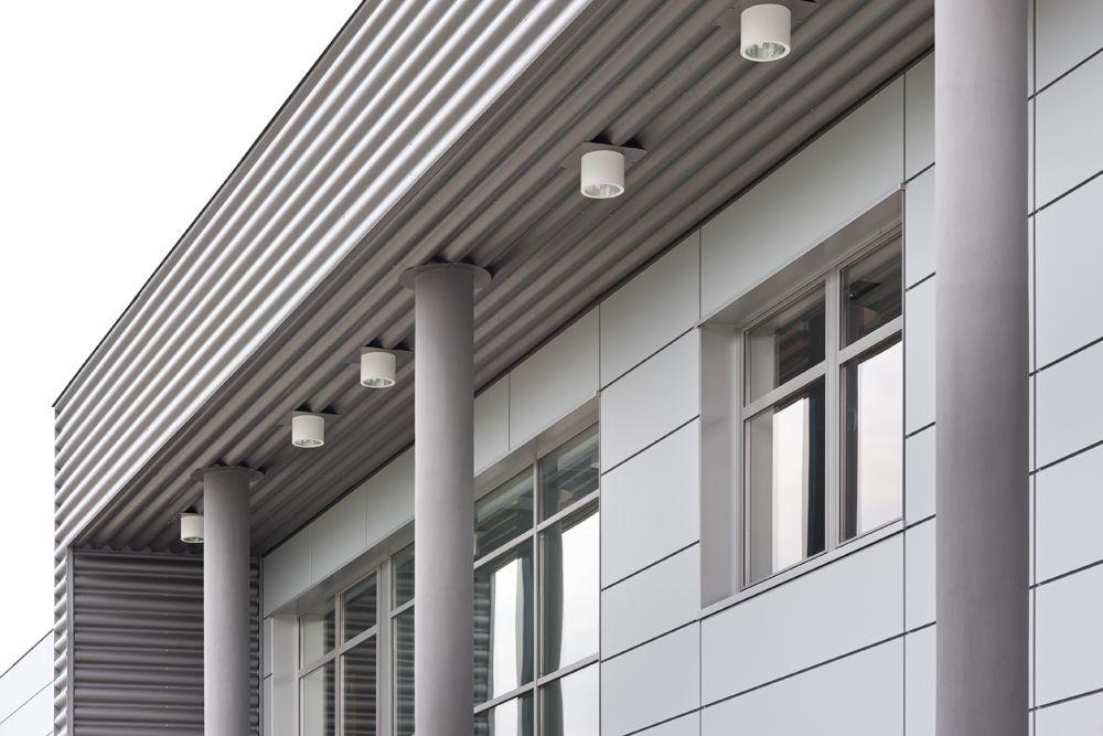 zbliżenie na podświetlenie elewacji 1 - hala produkcyjna z budynkiem biurowym, dla Vertex, Konst. Łódzki