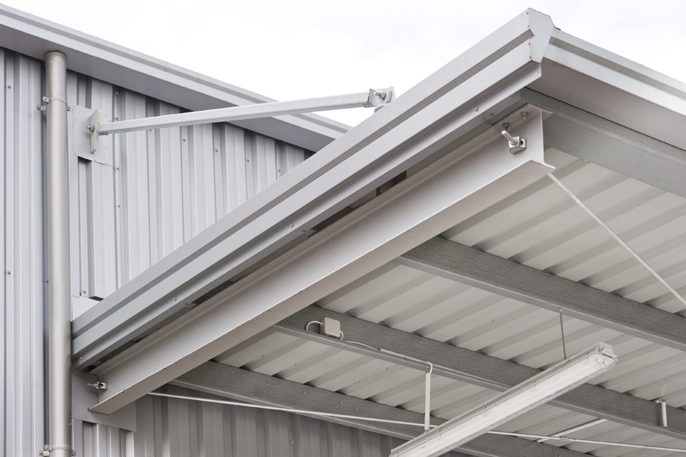 detal zadaszenia zewnętrznego - hala produkcyjna z budynkiem biurowym, dla Vertex, Konst. Łódzki, woj. łódzkie