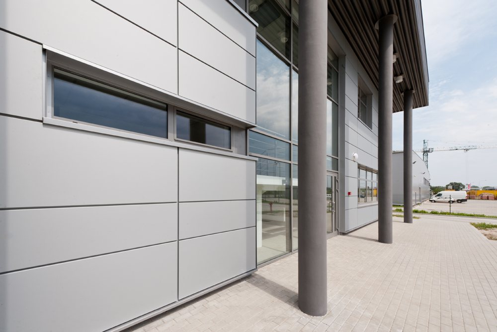zbliżenie na elewacje frontową 1 - hala produkcyjna z budynkiem biurowym, dla Vertex, Konst. Łódzki, woj. łódzkie