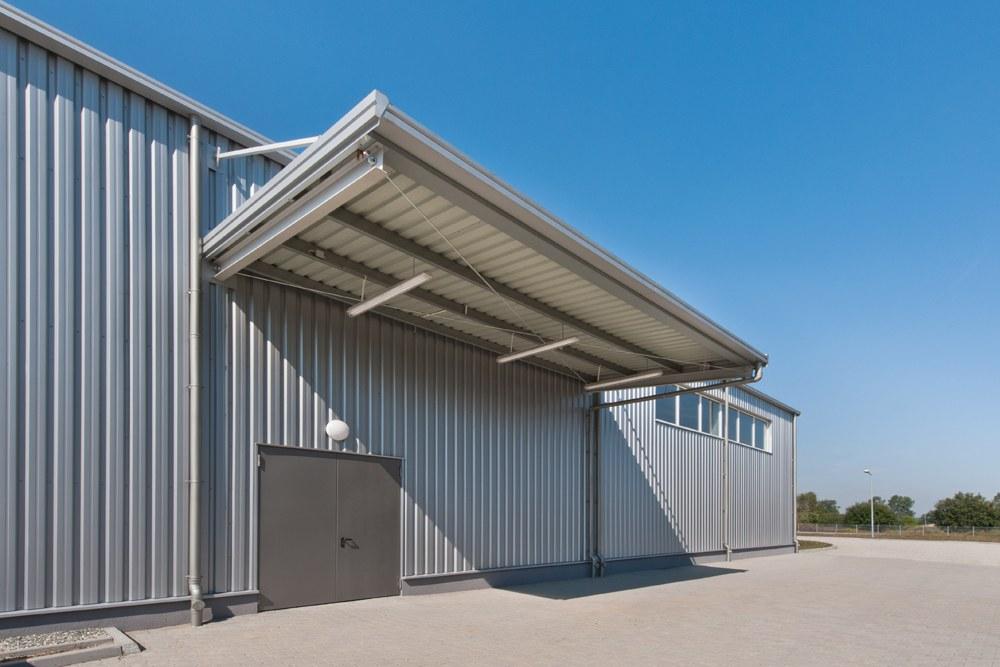 zadaszenie na zewnątrz hali - hala produkcyjna z budynkiem biurowym, dla Vertex, Konst. Łódzki, woj. łódzkie