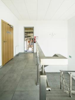przejście do części produkcyjnej zakładu - zakład produkcyjno-magazynowy z budynkiem socjalno-biurowym, dla firmy Vito, Międzyrzec Podlaski, woj. lubelskie