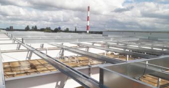 widok konstrukcji drugorzędnej wraz z podstawami pod pasma świetlne - inwestycja Scania Production, Słupsk, woj. pomorskie