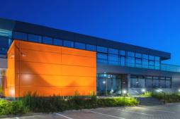 widok na obiekt od strony parkingu - hala produkcyjno-magazynowa z budynkiem socjalno-biurowym, dla Gorbi, Lublin, Specjalna Strefa Ekonomiczna Euro-Park Mielec, woj. lubelskie