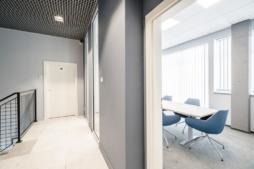 widok na salę konferencyjną - hala produkcyjno-magazynowa z częścią socjalno-biurową, Plasteam, Łubna, woj. mazowieckie