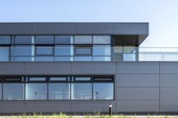 widok na taras budynku - inwestycja zrealizowana przez CoBouw Polska, dla Gorbi, w Lublinie, na terenie SSE Euro Park Mielec