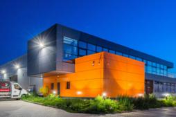widok nocny hali produkcyjno-magazynowej z budynkiem socjlano-biurowym - inwestycja w Euro-Park Mielec, zrealizowana przez CoBouw Polska