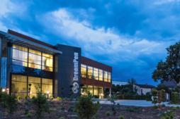widok z oodali na biurowiec DreamPen - hala produkcyjno-magazynowa z biurowcem, DreamPen, Zielona Góra