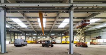 wnętrze hali z zamontownymi suwnicami - hala produkcyjno-magazynowa, rozbudowa obiektu zrealizowanego dla Viscon, z branży maszynowej, Płaszewko, woj. pomorskie