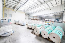 wnętrze hali produkcyjnej - zakład produkcyjno-magazynowy z częścią socjalno-biurową, dla Plasteam, Łubna, woj. mazowieckie