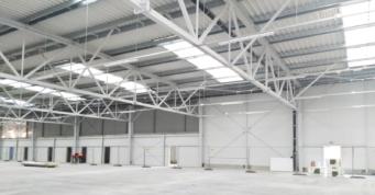 wnętrze-hali-po-wykonaniu-posadzki - budowa w systemie zaprojektuj i zbuduj, przez CoBouw Polska, dla firmy Meblomaster, hala produkcji mebli, w Węgrowie, w woj. mazowieckim
