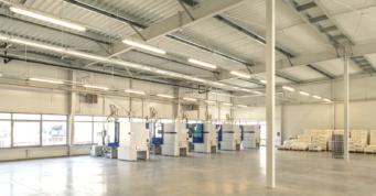 wnętrze hali produkcyjnej - hala produkcyjno-magazynowa z częścią socjalno-biurową i budynkiem biurowym, dla firmy DreamPen, w Zielonej Górze, woj. lubuskie